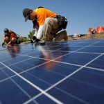 FILE PHOTO - Vivint Solar technicians install solar panels on the roof of a house in Mission Viejo, California, U.S. on October 25, 2013. REUTERS/Mario Anzuoni/File Photo